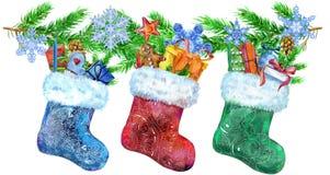 Bożenarodzeniowe colorfull skarpety z prezentami i świerczyn gałąź beak dekoracyjnego latającego ilustracyjnego wizerunek swój pa ilustracja wektor