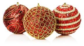 Bożenarodzeniowe czerwone piłki z złotym ornamentem odizolowywającym na białym b Obrazy Royalty Free