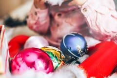 Bożenarodzeniowe dekoracj piłki blisko berbecia unfocused, ostrość na piłce Fotografia Stock