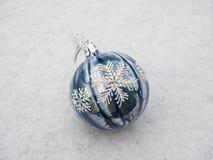 Bożenarodzeniowe dekoracj piłki w śniegu Zdjęcia Royalty Free