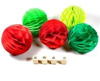 Bożenarodzeniowe dekoracj piłki w zieleni i czerwieni z drewnianymi znaczkami zdjęcie royalty free