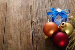 Bożenarodzeniowe dekoracje i drewniany tło Zdjęcie Stock