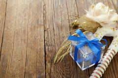 Bożenarodzeniowe dekoracje i drewniany tło zdjęcia royalty free