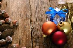 Bożenarodzeniowe dekoracje i drewniany tło Fotografia Royalty Free