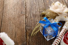 Bożenarodzeniowe dekoracje i drewniany tło obrazy stock
