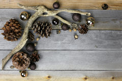 Bożenarodzeniowe dekoracje i natury Ramowy Naturalny Drewniany tło Zdjęcia Stock
