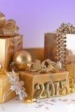 Bożenarodzeniowe dekoracje i złote postacie Fotografia Stock