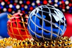 Bożenarodzeniowe dekoracje na bokeh zaświecają tło Zdjęcie Stock