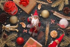 Bożenarodzeniowe dekoracje na czarnym drewnianym stole Ciemnego i miękkiego światła scena z nieatutowymi jedlinowymi gałąź, lale, Zdjęcia Royalty Free