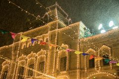 Bożenarodzeniowe dekoracje na fasadowych, kolorowych wakacji światłach, zaznaczają girlandę Nowy Rok w Moskwa, Rosja ciężki opad  zdjęcie stock