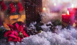 Bożenarodzeniowe dekoracje na sfałszowanym śniegu fotografia stock
