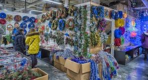 Bożenarodzeniowe dekoracje na sprzedaży przy sklepem Fotografia Royalty Free