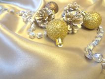 Bożenarodzeniowe dekoracje na złotym tle tworzą świątecznego nastrój obraz stock