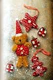 Bożenarodzeniowe dekoracje, niedźwiedź i wystrój, Zdjęcie Royalty Free