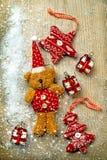 Bożenarodzeniowe dekoracje, niedźwiedź, wystrój i śnieg, Fotografia Royalty Free