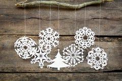 Bożenarodzeniowe dekoracje płatek śniegu, choinki papierowy obwieszenie ov Zdjęcia Royalty Free