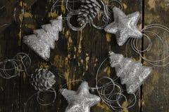 Bożenarodzeniowe dekoracje srebny kolor na starym drewnianym backgroun obrazy royalty free