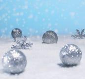 Bożenarodzeniowe dekoracje w śniegu Zdjęcie Royalty Free