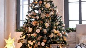 Bożenarodzeniowe dekoracje w choince zbiory