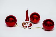 Bożenarodzeniowe dekoracje w czerwieni na lekkim tle zdjęcie royalty free