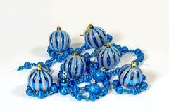 Bożenarodzeniowe dekoracje w postaci piłek girlandy Obrazy Royalty Free