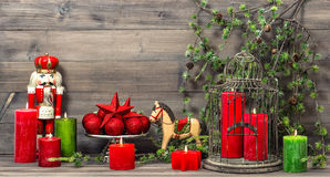 Bożenarodzeniowe dekoracje z czerwonymi świeczkami i rocznik zabawkami Fotografia Royalty Free