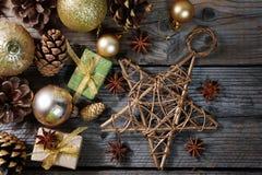 Bożenarodzeniowe dekoracje z złotymi piłkami, prezentami, sosna rożkami i dużą gwiazdą, horyzontalny sztandar Zdjęcia Royalty Free