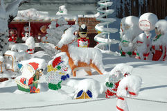 Bożenarodzeniowe dekoracje zakrywać w śniegu zdjęcie stock