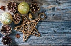 Bożenarodzeniowe dekoracji zabawki, gwiazda, sosna, rożek, kij cynamon i anyż, obrazy royalty free