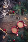 Bożenarodzeniowe filiżanki kawy kakaowe z, branche jedlinowego drzewa mieszkania nieatutowy Odgórny widok i obraz royalty free