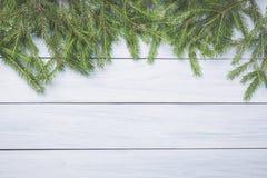 Bożenarodzeniowe jedlinowe gałąź na wierzchołku biała drewniana deska Boże Narodzenia lub nowy rok rama dla twój projekta z kopii Zdjęcia Royalty Free