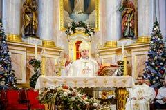 BOŻENARODZENIOWE KATOLICKIE spraw duchowych usługa TRZYMAĆ W kościół Obraz Stock