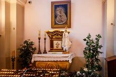 BOŻENARODZENIOWE KATOLICKIE spraw duchowych usługa TRZYMAĆ W kościół Fotografia Royalty Free