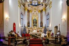 BOŻENARODZENIOWE KATOLICKIE spraw duchowych usługa TRZYMAĆ W kościół Obrazy Royalty Free