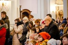 BOŻENARODZENIOWE KATOLICKIE spraw duchowych usługa TRZYMAĆ W kościół Zdjęcie Royalty Free