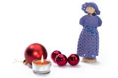 Bożenarodzeniowe lal postacie z świeczki i czerwieni piłkami Zdjęcia Stock