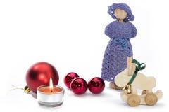 Bożenarodzeniowe lal postacie z świeczki i czerwieni piłkami Zdjęcie Stock