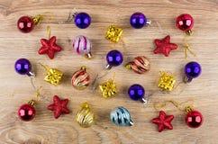 Bożenarodzeniowe piłki, czerwieni gwiazdy i kartony na drewnianym stole, Zdjęcie Royalty Free