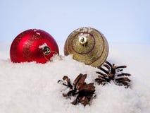 Bożenarodzeniowe piłki i garbki na śniegu Fotografia Royalty Free