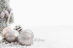 Bożenarodzeniowe piłki i jodła rozgałęziają się z śniegiem ilustracji