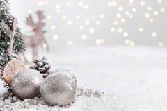 Bożenarodzeniowe piłki i jodeł gałąź z śniegiem przeciw Zamazanemu tłu zdjęcia stock