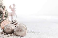 Bożenarodzeniowe piłki i jodeł gałąź z śniegiem przeciw Zamazanemu tłu fotografia stock