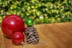 Bożenarodzeniowe piłki i pinecone na drewnianym stole Fotografia Stock