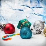 Bożenarodzeniowe piłki i prezenty na śniegu zamarznięty okno Obraz Stock