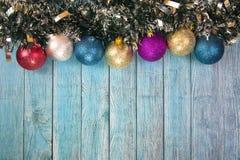 Bożenarodzeniowe piłki na drewnianym tle obrazy stock