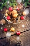 Bożenarodzeniowe piłki, orzechy włoscy, sosna rożki i śnieżny spadać, Zdjęcia Royalty Free