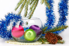 Bożenarodzeniowe piłki w wazie wśród świecidełka i jedliny śniadanio-lunch Fotografia Stock