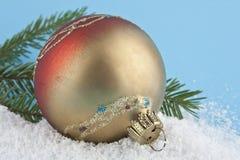 Bożenarodzeniowe piłki z śniegiem na błękicie Zdjęcia Stock