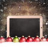 Bożenarodzeniowe piłki z pustym chalkboard w śniegu obraz royalty free
