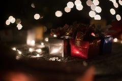 Bożenarodzeniowe prezenta pudełka teraźniejszość z dekoraci bokeh zaświecają tło Zdjęcie Royalty Free